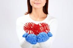 Mujer que da el corazón de la tarjeta del día de San Valentín Imagen de archivo libre de regalías