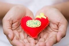 Mujer que da el corazón y el amor rojos en día del ` s de la tarjeta del día de San Valentín Fotografía de archivo libre de regalías