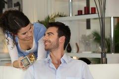 Mujer que da el regalo al novio Imagenes de archivo