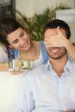 Mujer que da el regalo al novio Foto de archivo libre de regalías