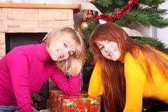 Mujer que da el regalo de Navidad t Fotografía de archivo libre de regalías