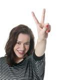 Mujer que da el signo de la paz Imagenes de archivo