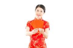 Mujer que da el sobre rojo para el dinero afortunado Imagenes de archivo