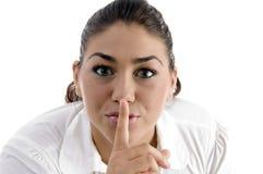 Mujer que da instrucciones para ser silencioso Imagen de archivo