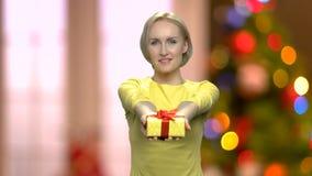 Mujer que da la actual caja almacen de metraje de vídeo