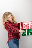 Mujer que da la parte posterior sonriente del gris de los regalos Fotografía de archivo