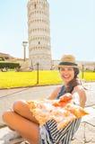 Mujer que da la pizza en Pisa, Toscana, Italia Fotos de archivo libres de regalías