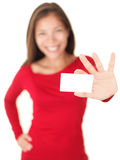 Mujer que da la tarjeta de visita/la tarjeta del regalo Foto de archivo libre de regalías