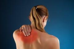 Mujer que da masajes a la parte posterior del dolor Fotografía de archivo