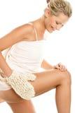 Mujer que da masajes a su pierna imagen de archivo libre de regalías