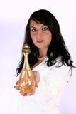 Mujer que da perfume fotografía de archivo libre de regalías