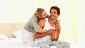 Mujer que da a su novio una abrazo metrajes