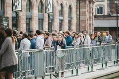 Mujer que deja la línea que espera de Apple Store Imagenes de archivo