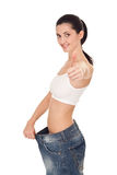Mujer que demuestra pérdida de peso imagen de archivo libre de regalías