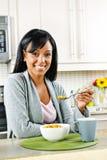 Mujer que desayuna fotos de archivo