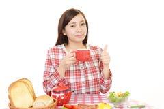 Mujer que desayuna imágenes de archivo libres de regalías