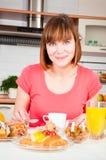 Mujer que desayuna sano Foto de archivo libre de regalías