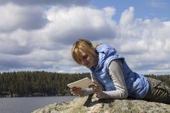 Mujer que descansa al aire libre con Tablet PC Fotos de archivo libres de regalías