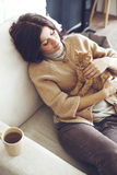 Mujer que descansa con el gatito Fotos de archivo