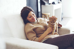 Mujer que descansa con el gatito Foto de archivo