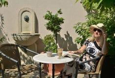 Mujer que descansa en sombra Fotografía de archivo libre de regalías