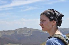 Mujer que descansa encima de una montaña El caminar y el subir en el rastro fotos de archivo libres de regalías