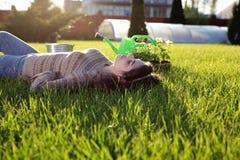 Mujer que descansa sobre hierba verde Imágenes de archivo libres de regalías