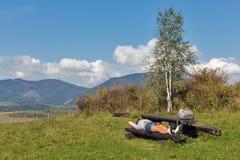 Mujer que descansa sobre la colina del verano cerca de Liptovsky Trnovec, Eslovaquia Imagenes de archivo