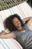 Mujer que descansa sobre la hamaca Fotos de archivo libres de regalías