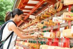 Mujer que desea en templo japonés foto de archivo libre de regalías