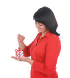Mujer que desempaqueta el presente imágenes de archivo libres de regalías