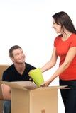 Mujer que desempaqueta las cajas de cartón en nuevo hogar Foto de archivo