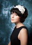Mujer que desgasta el adorno negro de la alineada y del fieltro Fotografía de archivo libre de regalías