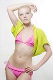 Mujer que desgasta el bikiní rosado Imagenes de archivo