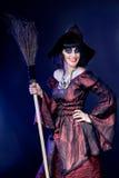 Mujer que desgasta el traje de la bruja de víspera de Todos los Santos Imagenes de archivo