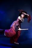 Mujer que desgasta el traje de la bruja de víspera de Todos los Santos Fotografía de archivo libre de regalías
