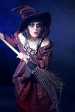 Mujer que desgasta el traje de la bruja de víspera de Todos los Santos Imágenes de archivo libres de regalías