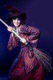 Mujer que desgasta el traje de la bruja de víspera de Todos los Santos Foto de archivo
