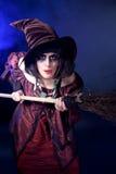 Mujer que desgasta el traje de la bruja de víspera de Todos los Santos Fotos de archivo libres de regalías