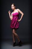Mujer que desgasta la alineada rosada y los altos talones Imágenes de archivo libres de regalías