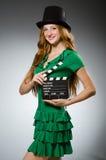 Mujer que desgasta la alineada verde Fotos de archivo libres de regalías