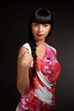 Mujer que desgasta la blusa colorida Fotos de archivo