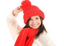 Mujer que desgasta la bufanda y el casquillo rojos Foto de archivo libre de regalías