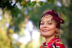 Mujer que desgasta la capa retra del sombrero de fieltro y de las lanas Imagen de archivo