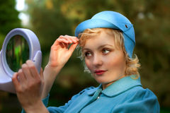Mujer que desgasta la capa retra del sombrero de fieltro y de las lanas Fotografía de archivo