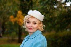 Mujer que desgasta la capa retra del sombrero de fieltro y de las lanas Fotos de archivo