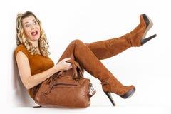 Mujer que desgasta la ropa marrón Imagenes de archivo
