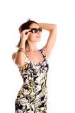 Mujer que desgasta las gafas de sol. Imagenes de archivo