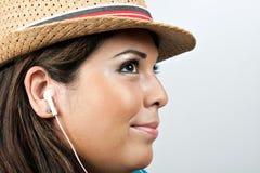 Mujer que desgasta los auriculares de Earbud Fotografía de archivo