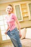 Mujer que desgasta los pantalones vaqueros viejos fotografía de archivo